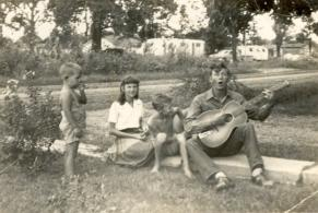 early photo of Hank with his siblings